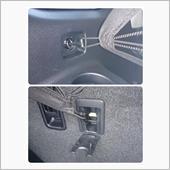 インテリアバーにラゲージネットの端を通して、セカンドシート背面のチャイルドシート固定アンカーとアイボルトにラゲージネットのフックを引っ掛けます。