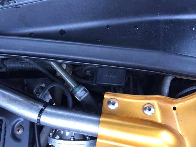 ブーストセンサーはここ。<br /> たまに横向きにつけてる人いますが、(ホースが)下向きが正解。<br /> 配線は運転席側のグロメットから引き込み。