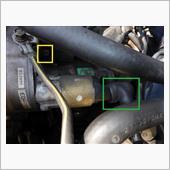 まず先に緑□のグロメットを手で剥き、高圧配線を固定しているボルトを外し、配線を外しておきます。<br /> <br /> セルモーターは2本のボルトで固定されていますが、黄□の一ヶ所と、反対側の写っていない場所に一ヶ所あります。<br /> <br /> 脱落するとシャレにならないので、結構ガッチリ留まってます。<br /> この2本のを外した途端に結構重いセルモーターが脱落するので、充分注意しながら外しましょう。