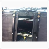 取り付けはリアシートを外したとこの補強バーにアングル材を二本渡してそこに取り付けます。
