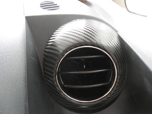 エアコン吹き出し口とミラーバイザーにカーボンフイルム