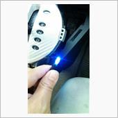 取り付ける前に点灯確認してみます<br /> LEDは極性が有ったり不良品が有ったりして点かない事があるので確認です!<br /> 無事に点灯綺麗に青く光っています(^^)
