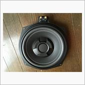 購入したウーハーは、スピーカーコーンには厚みのある低音と音の細部が再生できるように専用調合し重さなどをじっくり計算したペーパーコーンを採用。また、マグネットは小型で高磁力で評判のレアメタルの一種である、ネオジウムマグネットを使用したものです。<br />