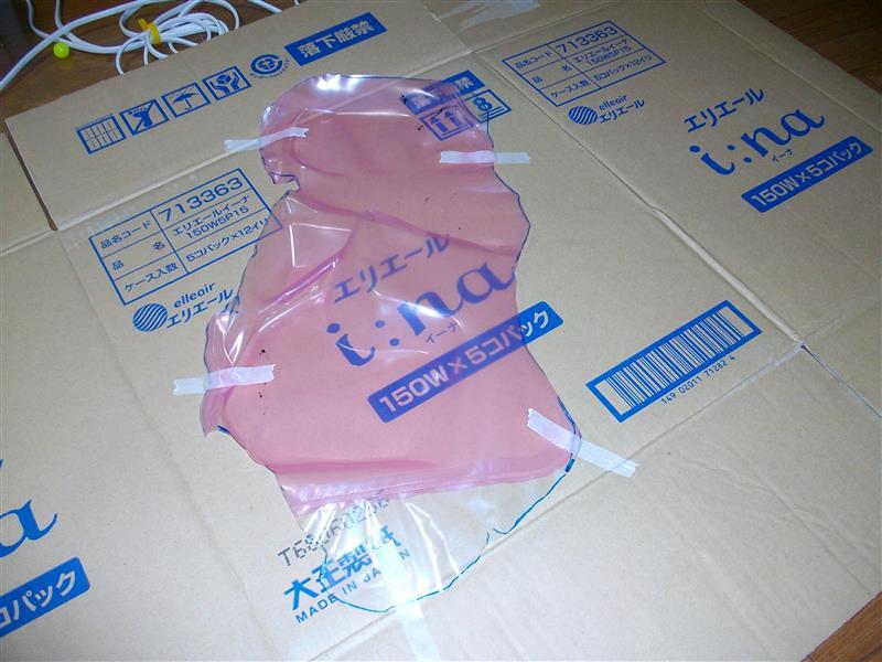 ダンボールを解体して先日マーキングした内張りのとこのビニールを貼り付けて型紙にし、ダンボールをサービスホールより少し大きめに切ります。