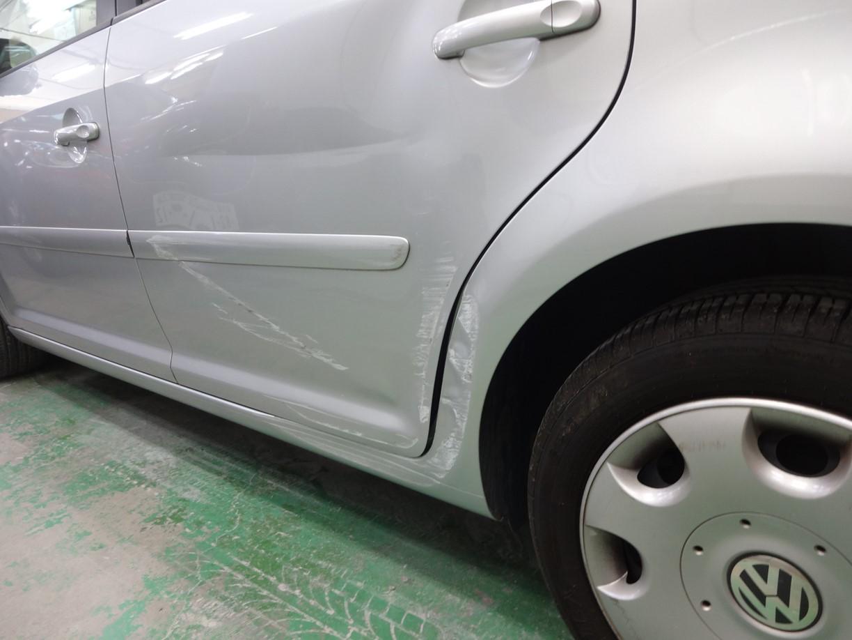 フォルクスワーゲン トゥーラン 左側面のキズへこみの板金修理塗装です。東京都日野市よりご来店です。