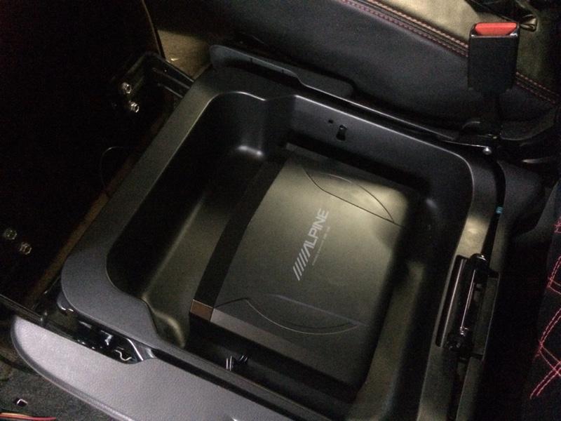ウーファーを取り付けました♪<br /> <br /> ワンオフでボックスの中に<br /> 加工して入れてもらいました♪