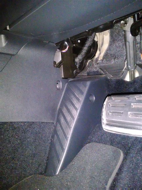 助手席側から運転席側に配線を通す場所を探す