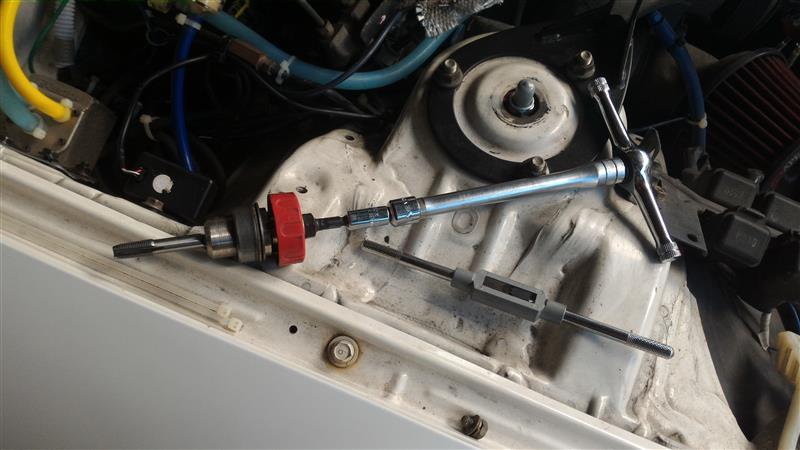 8mm穴が開いたら1/8タップ建てます♪<br /> <br /> タップホルダー?回すヤツがつっかえて入らないのでこんなカンジでジョイントマシマシ(・∀・)<br /> <br /> 薄材へのタップは神経使います。失敗すると一巻の終わり♪フロントパイプを外してナット溶接せにゃならん♪サノヨイヨイ(・∀・)ノ