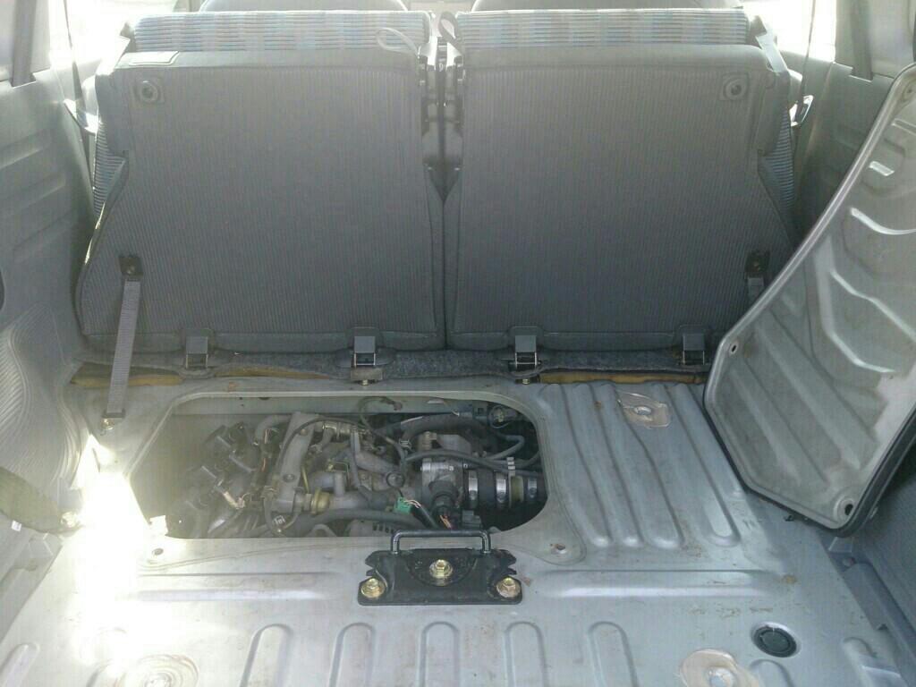 トランク空けて、リアシート跳ね上げ<br /> リアのフロアマット外す<br /> 鉄板のエンジンリッド四隅の蝶ねじ(M8x15)を外す<br /> ※錆びてきてたのでステン六角ボルトに置き換え