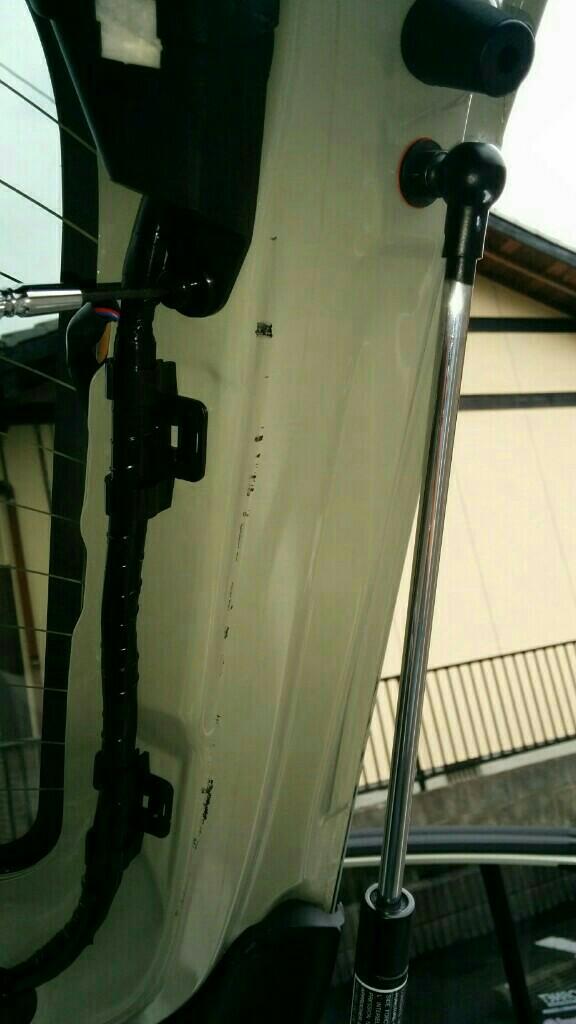 導電性アルミテープでリアウィンドゥの静電気除去を行いました