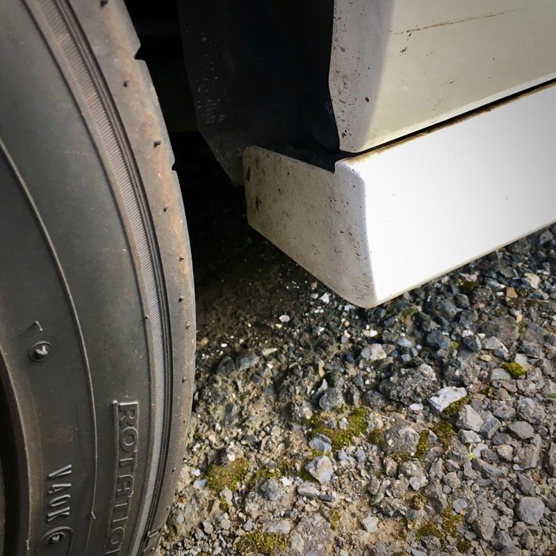 別件ですが、先々のネタになりそうなことを発見。<br /> 最近のクルマにあってDC5 に無いものの一つがリアのストレーキ。<br /> とりあえずゴムの板をタイヤの前に貼り付けて試してみたいな。