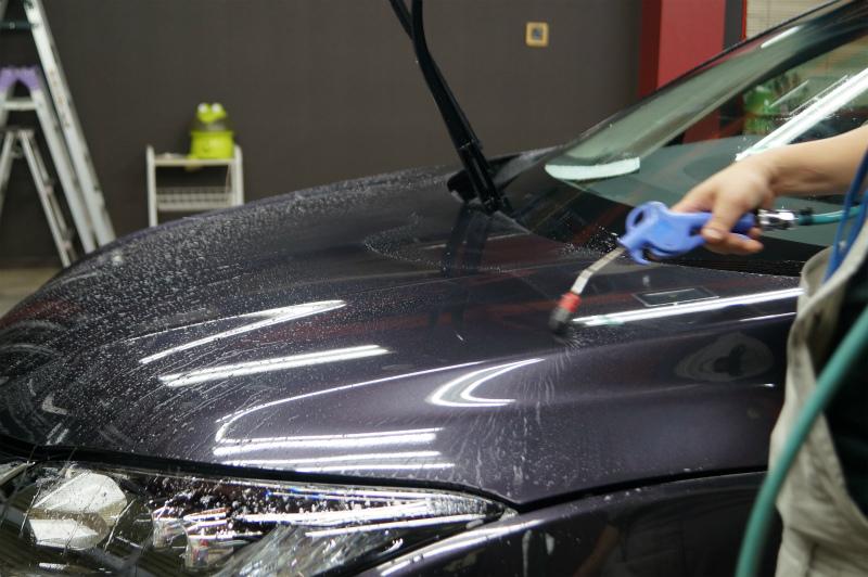 ガラス面の磨き作業を終え撥水剤の塗り込みをしていきます!
