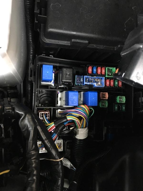 エンジンルームのヒューズボックスの開け方