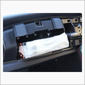 助手席の化粧パネルを外してダッシュパネルに穴を開けます。<br /> 見た目よりは苦労せず切ることが出来ました。