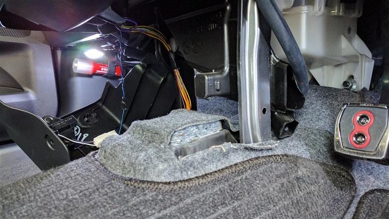 取り外したシガーソケット跡の裏側がスカスカなのが気に入らないので、吸音材を詰めてやった