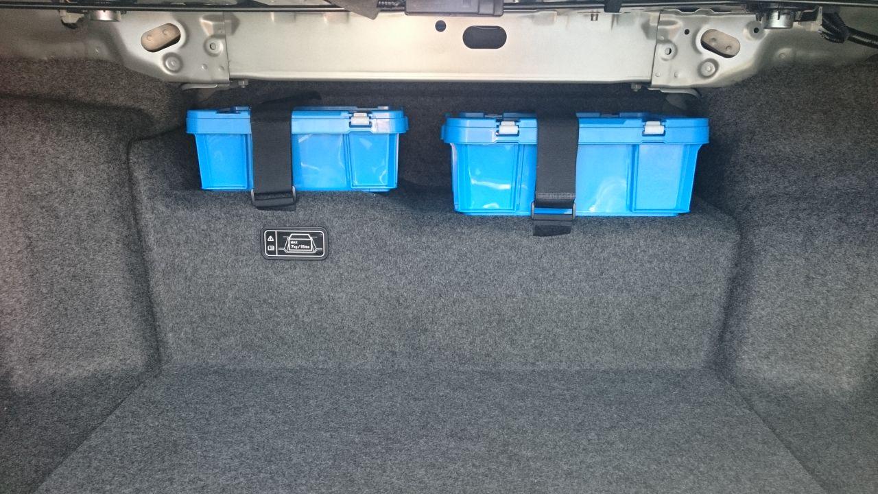 トランク内Li-ionバッテリー上部に緊急医薬品の設置