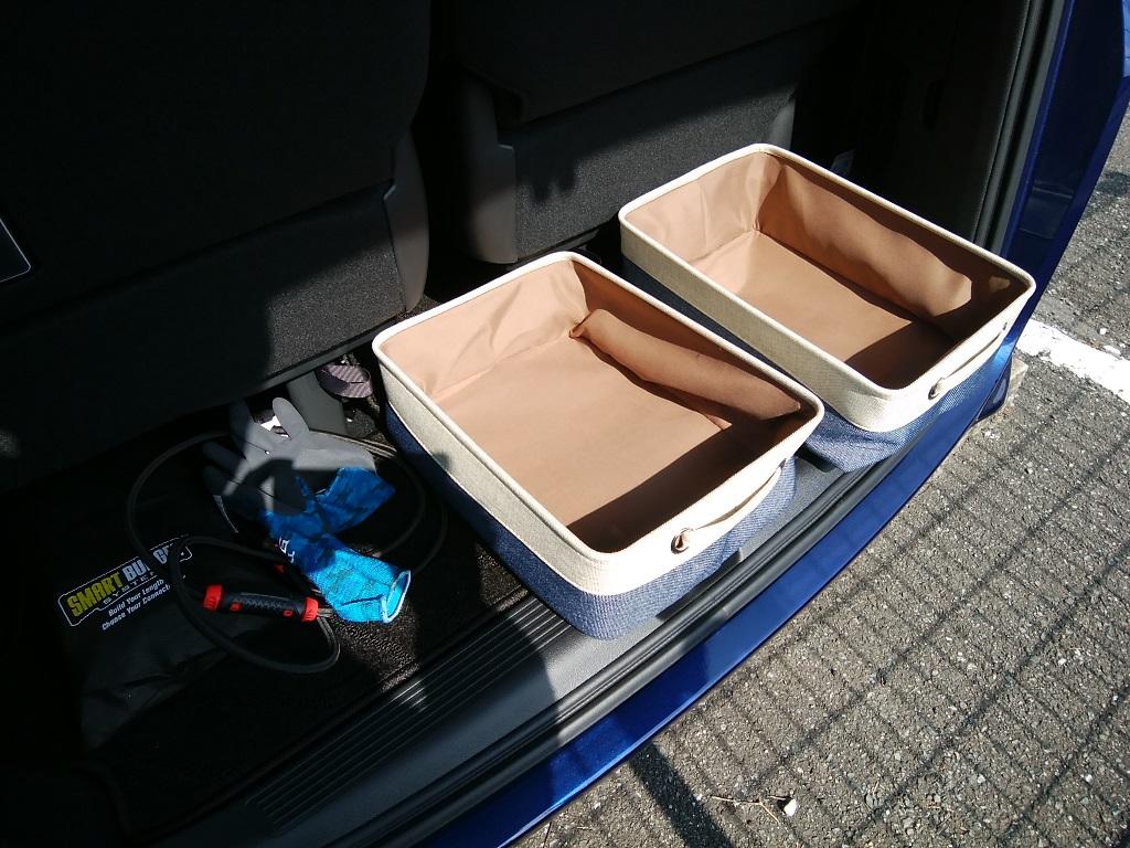 三列目シート下に小物入れを設置