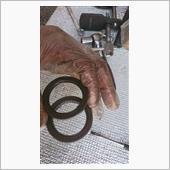 オイルシール新旧比較w<br /> 手に持ってるリングが旧です。<br /> 気のせいか少し細って見えます。