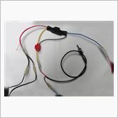 左の写真はリレーとの接続の仕方<br /> (上のリレーの配線図を参考にしてください)<br /> <br /> 中央上部の黒い物が(収縮チューブに入った)<br /> リレー本体<br /> <br /> 先ずリレーの右に出ている青い線を<br /> ヒューズボックスのIG-1(イグニッション1電源)と<br /> 接続します<br /> ヒューズボックスの写真は後述<br /> <br /> 次にリレーのアース(黒線)と黄色線をワンタッチコネクターで直結、<br /> その先をトグルスイッチ(【1282】ミニスイッチ)の片方に接続、<br /> https://www.amon.co.jp/products2/detail.php?product_code=1282<br /> <br /> スイッチのもう片方をアースに落とします<br /> ※スイッチOFFで通常のクラッチを踏んでのスタート、スイッチONでACC→イグニションON→クラッチを踏まないエンジンスタートになります<br /> <br /> 次にリレー左の赤線を【M259】Y型接続端子<br /> https://www.amon.co.jp/products2/detail.php?product_code=M259<br /> で統合(分岐)したクラッチSWとクラッチスタートSWに接続します<br /> <br /> リレー左の白線は今回使いません