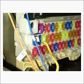 前述したリレーを作動させる青線の電源は<br /> ヒューズボックスのココから取ります<br /> 取説で言う所の位置15(IG1 SIG3)<br /> <br /> ※中段の左から3番目の黄色い線が出ている場所<br /> 【E574】低背ヒューズ電源(5A)を使います<br /> https://www.amon.co.jp/products2/detail.php?product_code=E574<br /> <br /> 写真では20Aを使っていますが<br /> 元のヒューズが5Aだし電流も少ししか必要としないので5Aタイプで十分です<br /> <br /> IG1電源は他のヒューズからも取れますが<br /> ワークスには使われていないレーザーレーダー用なのでココからとりました<br /> <br /> ※IG1電源とはセルモーターが回る時でも落ちない電源です<br /> 似たような物でIG2電源もありますが<br /> こちらはセルが回ると電源が遮断されます<br /> http://www.diylabo.jp/column/column-52.html<br /> <br /> 余談ですが、最初IG2電源でリレーを作動させてエンジンがかからなくて<br /> 何故なのか しばし悩みました<br /> 同じ様な失敗はしないでくださいね(笑)