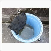 泥だらけだったので、ジャバジャバと水洗い。<br /> <br /> バケツの水を5回交換しました。<br /> <br /> カーペットタイプは面倒くさい<br /> <br /> ゴムマット買おうかな・・・