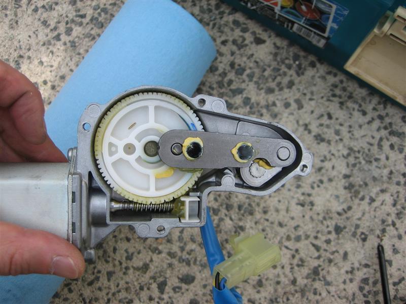 ワイパーモーターを分解。<br /> <br /> ここで回転運動を往復運動へ変換しています。