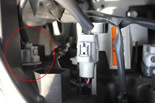 ボンネットを開けて、ライト後方の状態。<br /> RH側になります。<br /> 赤丸印がウィンカーになります。