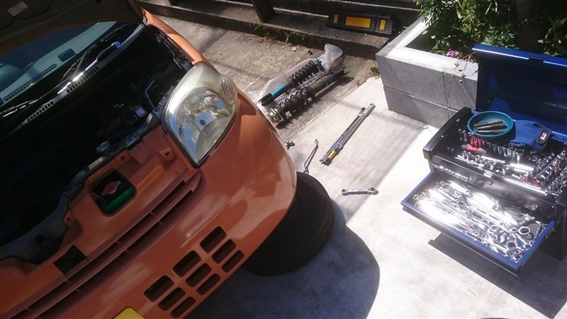 エッセのフロントショックを車高調整に交換。