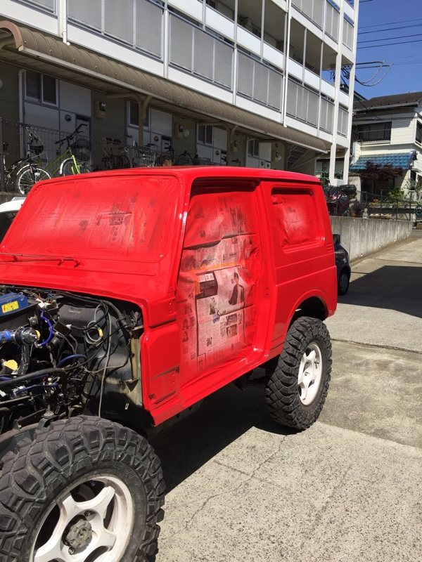 燃える男は赤いトラクター