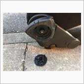 真ん中のキャップをマイナスドライバーなどの尖ったもので外して、その後ダイヤルを引き抜きます。
