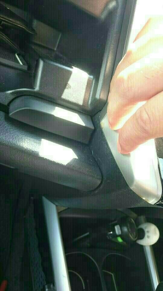 パネルの境目に割れの指の爪を入れてください。<br />  <br /> そう、そこ……<br /> <br /> 逆側も……