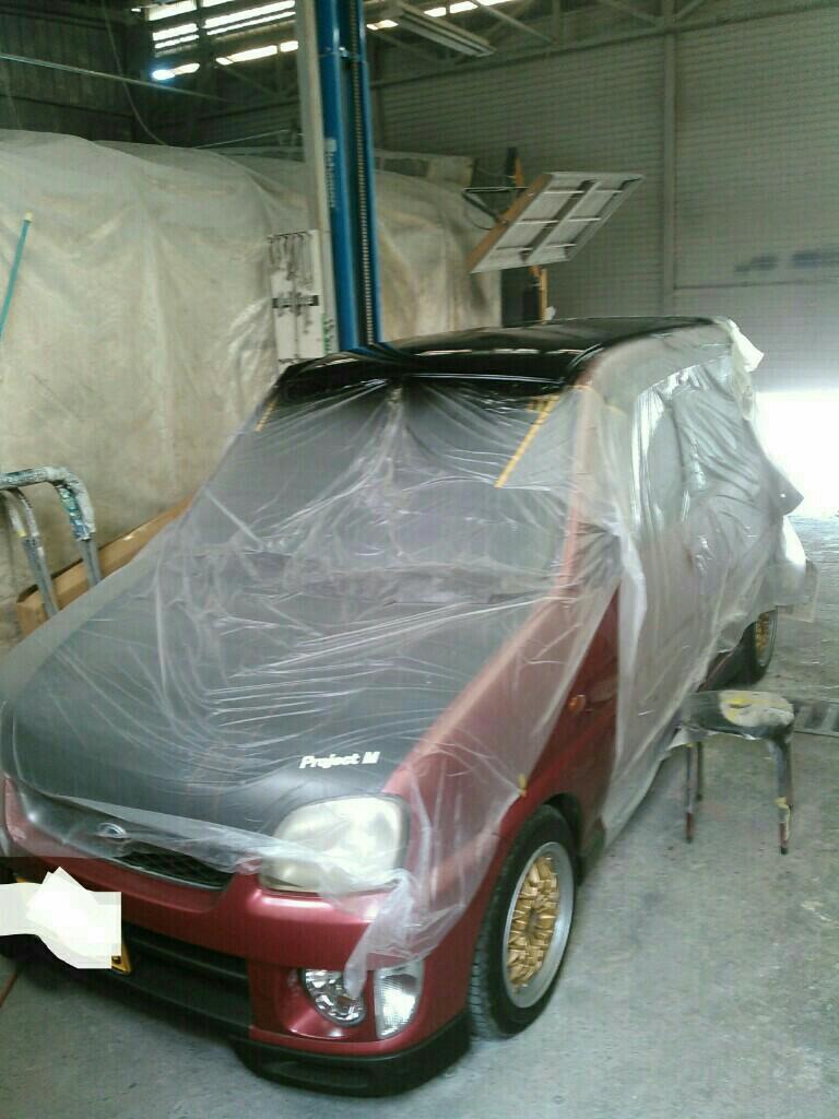 ルーフとトランクを黒く塗装。