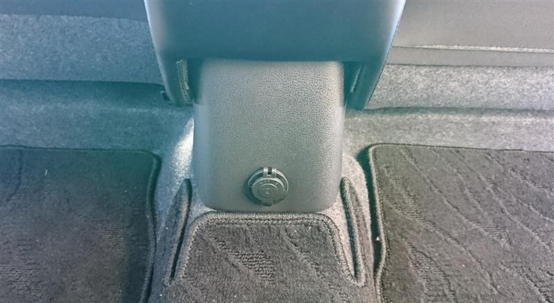 後部座席にシガーソケット埋め込み