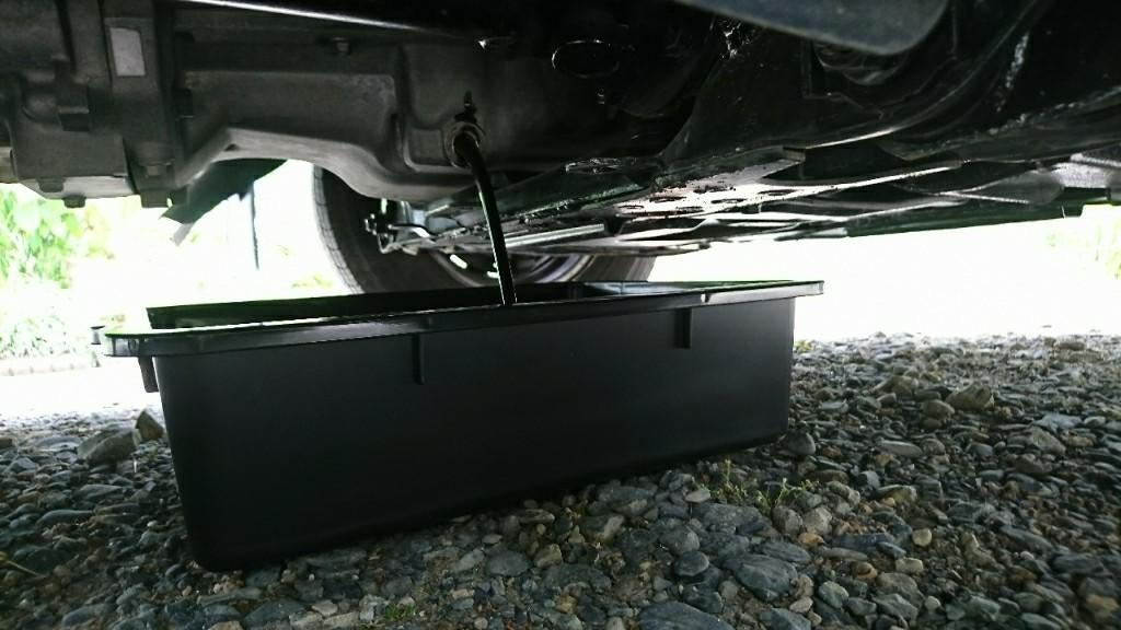 座席下置きエンジンの為右フロントタイヤ後ろから除き込むだけで、ジャッキアップの必要が無いので楽チンです!<br /> <br /> ドレンボルトは17mmのボックスレンチで回します。
