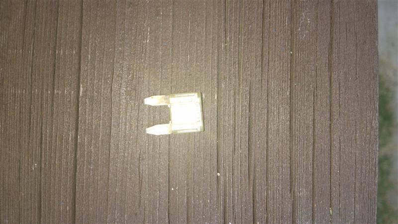 色々調べた所、25Aのヒューズが切れていました。<br /> ここはセルモーターのヒューズです。<br />