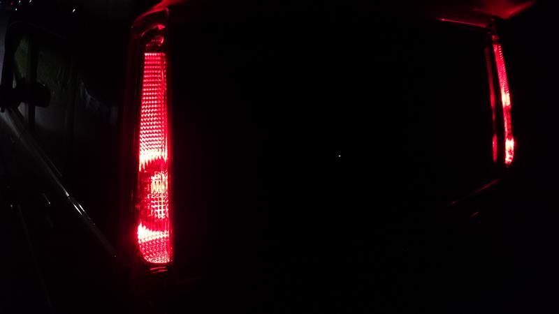 画像で分かるようにスモールランプ点灯時はストップランプ部分は光らないため、コの字型がハッキリと浮かび上がります。