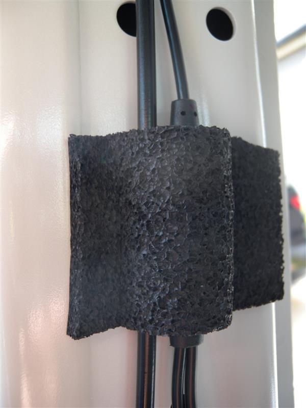 コンバータ部分の取付。<br /> <br /> コンバータには両面テープが付いていたので、<br /> そのまま貼り付けてからクッションテープで保護&ビビり音防止の対策。