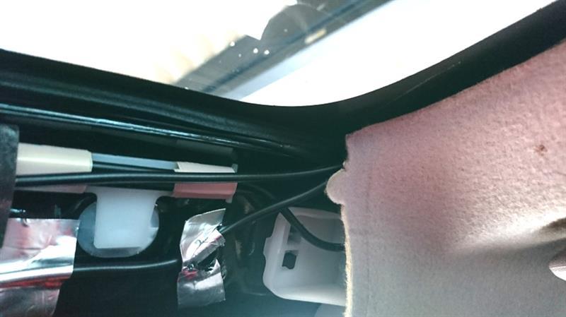とりあえず再びAピラーカバーを外して、<br /> フロントガラス側からルーフ内張りの隙間に<br /> 内張り剥がしを(あたりをつけながら)挿入して<br /> 内張り剥がしをテコの原理で動かすと<br /> 内張りが少し浮き上がった❗<br /> <br /> <br /> ……浮くんなら、そのまま配線を這わせながら<br /> 押し込んで行けばいいんじゃね?(・・;)<br /> <br /> やってみよう(笑)<br />