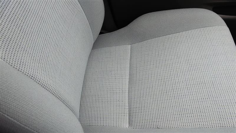 ここからはクリーニング後の写真。<br /> <br /> 運転席がこちら。<br /> <br /> 分かりにくいですが、キレイになっています。