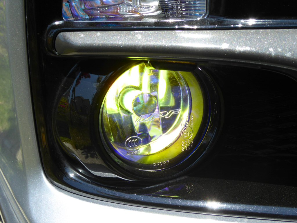点灯したところ。貼ったフィルムの効果もあってちょっと黄緑っぽい発光色です。<br /> <br />  前のバルブが2000lm、今回のバルブは800lmなので明るさは段違い...<br />  本来のフォグ用途には使えそうもない代わり、対向車からも眩しくないため明るめのポジションライトとしても使えそうです。