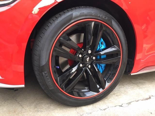 タイヤを装着した状態<br /> <br /> ブラックのホイールの隙間から覗くブルーのキャリパーとレッドのハブのチラリズム・・<br /> オシャレな感じになってGOODです。