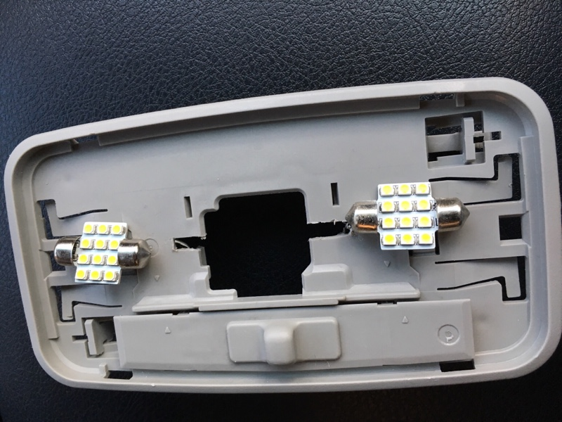 セカンドシート用ルームランプ内部にウエルカムライトに連動する電球色のLEDを内臓