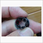 見にくいですが、白丸に爪があるのですが、赤丸のところにあるはずの爪がありません。<br /> 3本の細い爪でピンを確保していたものが1本折れて、振動のたびに接触して音を出していました。