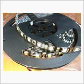しまりす堂さんで一番明るい正面発光LEDテープ<br /> 「黒ベースカット売りクリアドーム3チップLEDテープ」(白)1リール(5m)(11000円)から、85cm切って使いました。