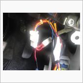 キックパネルを外して、オプションカプラーにコネクタを割り込ませます。