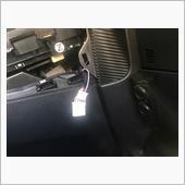 シフトレバー横のコンソールパネルをめくり、<br /> ブレーキホールド線(ピンク)に桃色線を接続しました。
