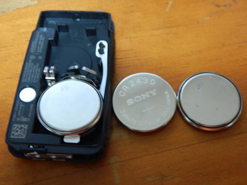 電池のセット完了<br /> あとはカバーを元の位置に戻して、キーブレードをカチッと音がするまで軽く押し込み固定