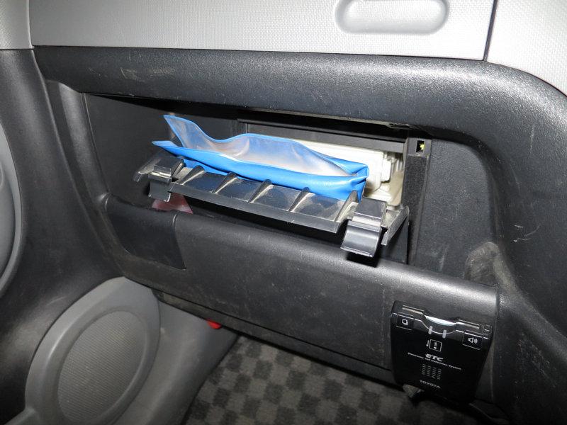 グローブボックスの車検証入れ蓋交換