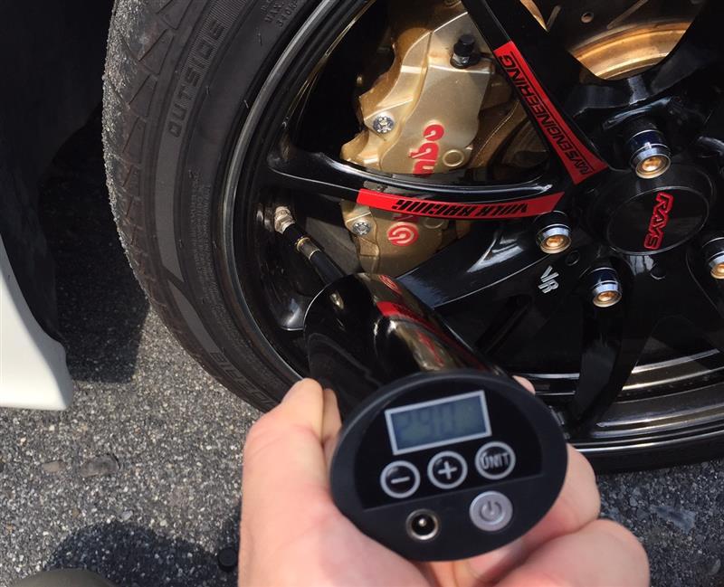 充電式インフレーターでタイヤの空気圧調整