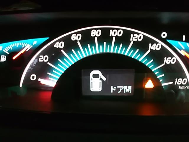 付きましたー!<br /> <br /> が、ドアを閉めると何も表示しなく成ります!!<br /> <br /> 実はディスプレイ切り換えスイッチを買って無いんです(;゚Д゚)<br /> <br /> 「切り換え押さなくても常時燃費辺りを表示してるべ!」と思ったのに、取説を見たらスイッチを押す度に表示内容が切り替わる中に「表示無し!」って項目が有りました(-.-)